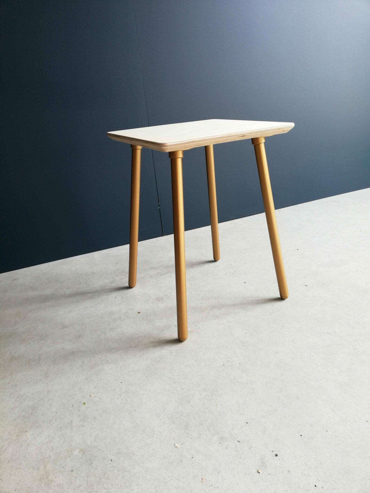 Table de nuit industriel avec bride angle scandinave couleur doré